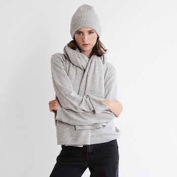 IRIS. Rib knit cashmere hat. Light grey.
