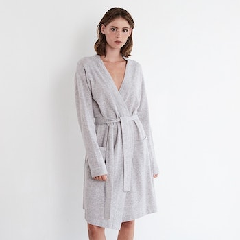 MIRA. Robe/ long cardigan in light grey.