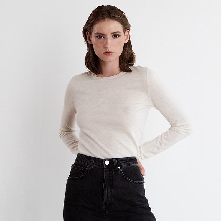 INEZ. Långärmad t-shirt  skickad i tunn kashmir. Off white.