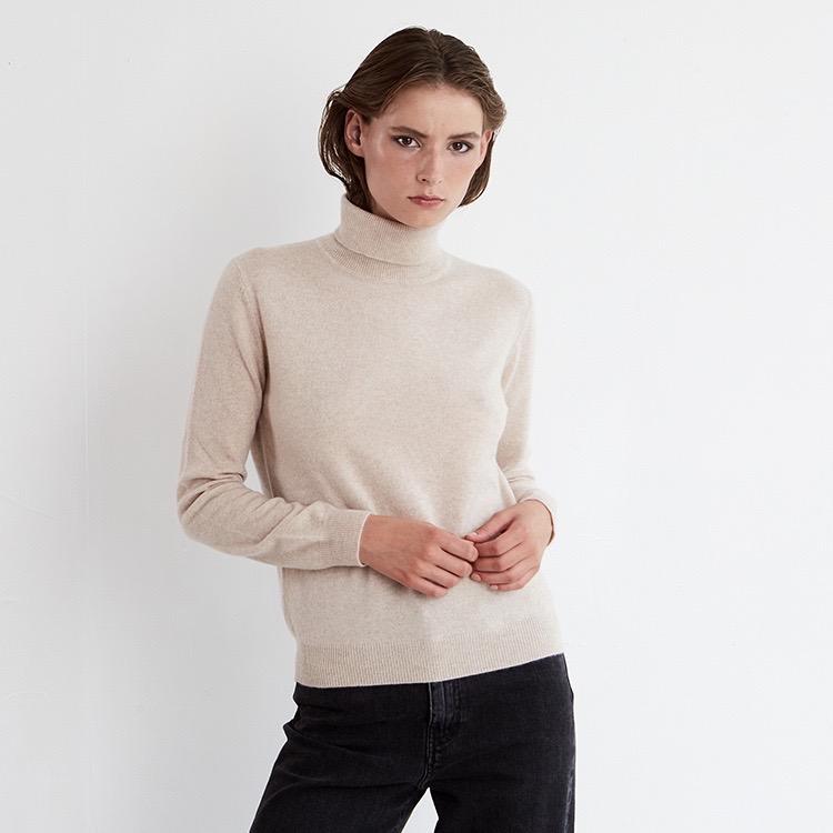 SOFI. Classic cashmere turtle neck sweater in beige.