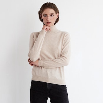 SOFI. Classic cashmere turtle neck sweater in beige.