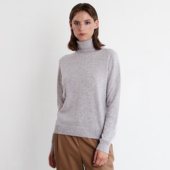SOFI. Classic cashmere turtle neck sweater in dark grey.