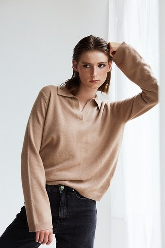 ESTER. Cashmere sweater with a collar. Camel