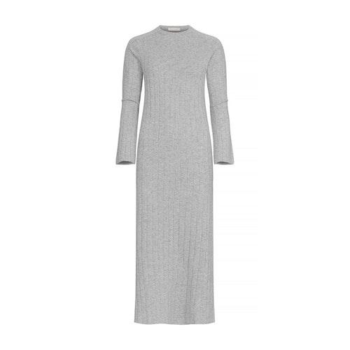 NICOLA. Hellång klänning med högt sprund. Ljusgrå.