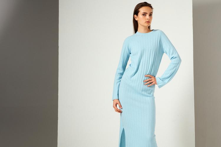 NICOLA. Hellång klänning med sprund. Turkosblå.
