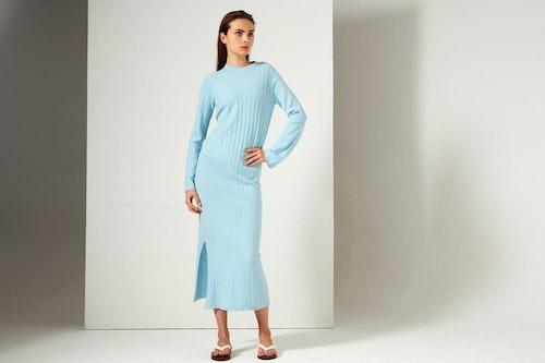 NICOLA. Hellång klänning med högt sprund. Turkosblå.