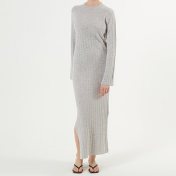 NICOLA. Full length dress with slit. Light grey.