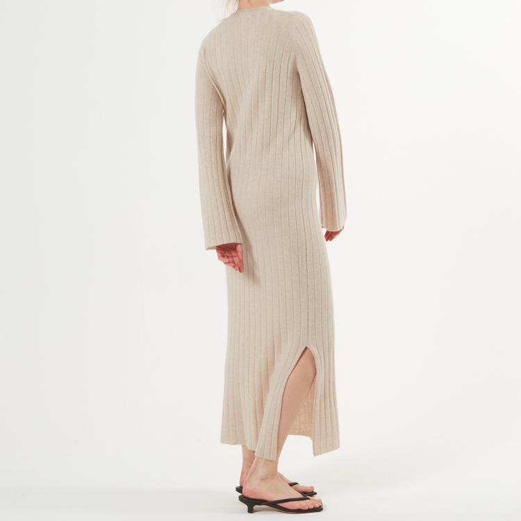 NICOLA. Hellång klänning med sprund. Beige.