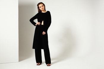 LILY. Long sweater with a slit at the front. Black.