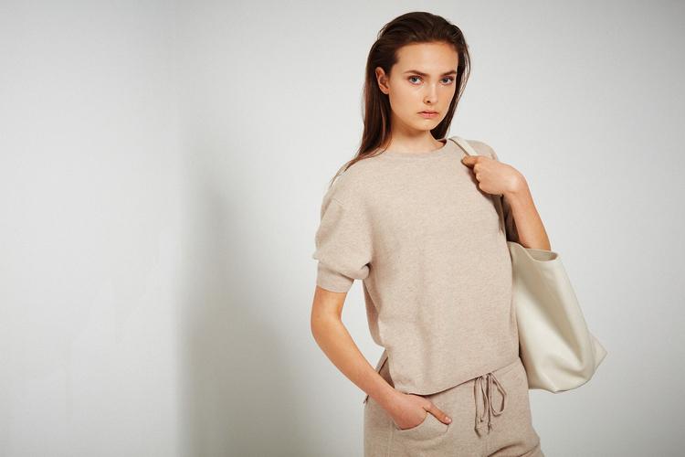 TORA. T-shirt i oversized modell. Beige.