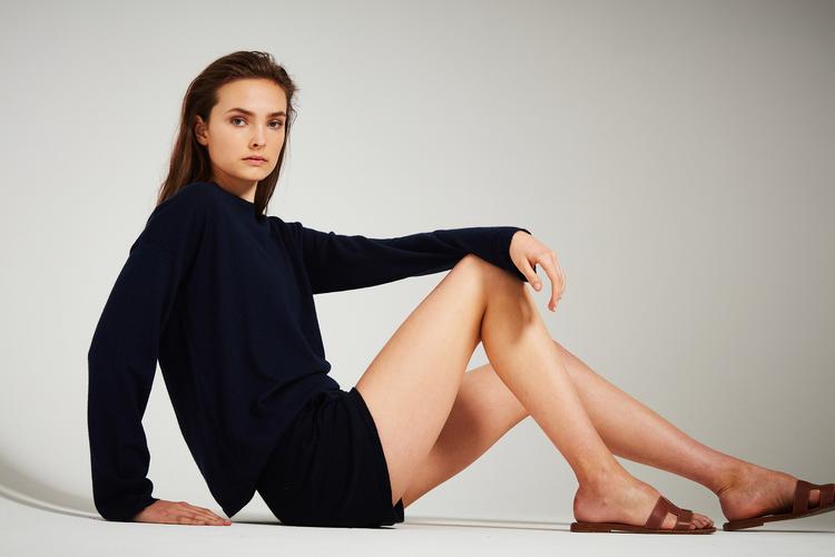 ELENE. Finstickad tröja i oversized modell. Marinblå.