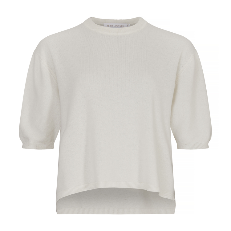 TORA. T-shirt i oversized modell. Vit.
