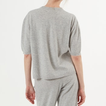 TORA. T-shirt i oversized modell. Ljusgrå.