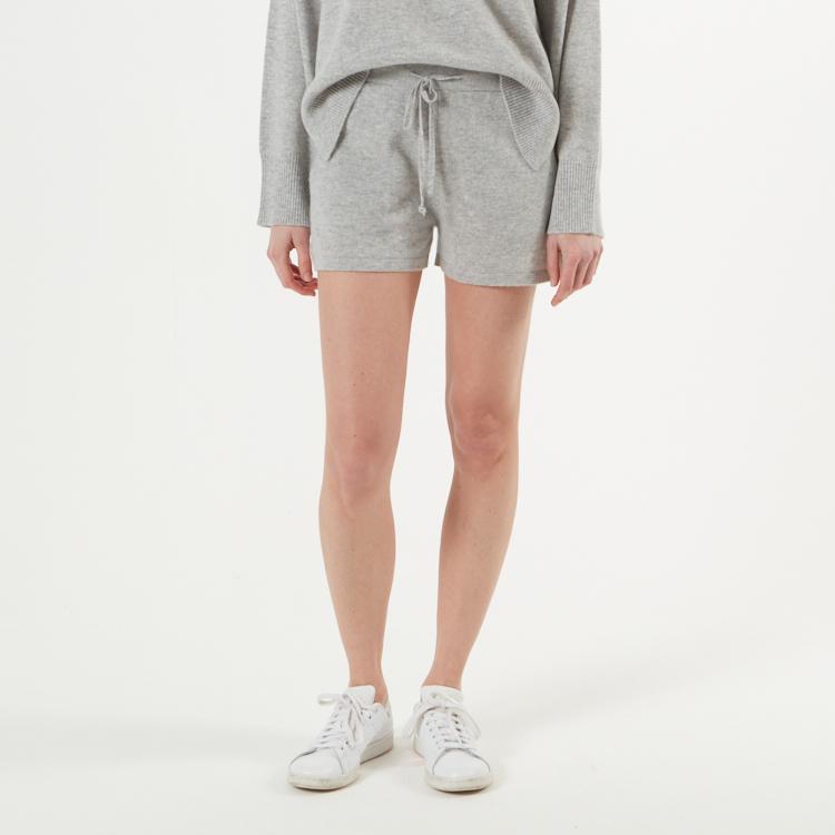 SIRI. Kort shorts i kashmir. Ljusgrå.