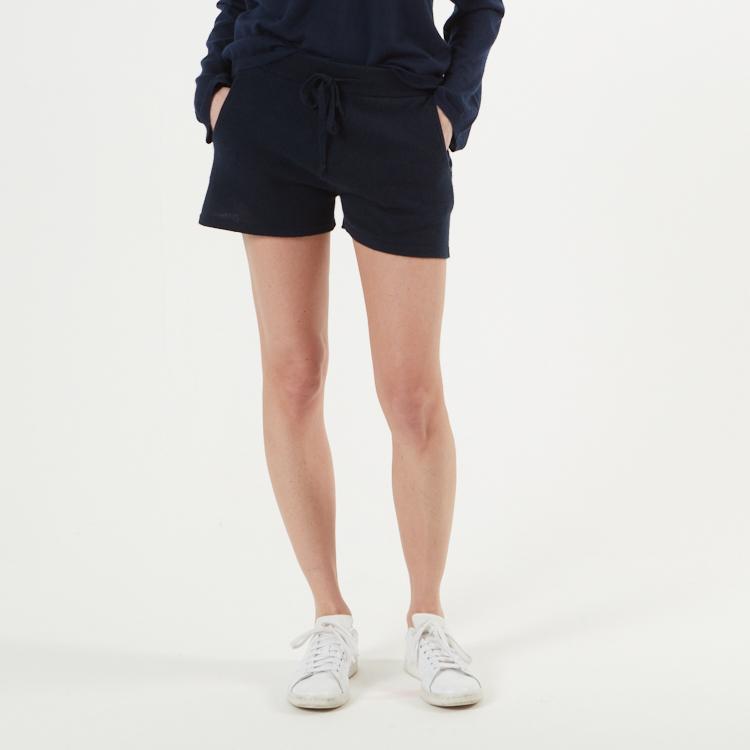 SIRI. Korta shorts i kashmir. Marinblå.
