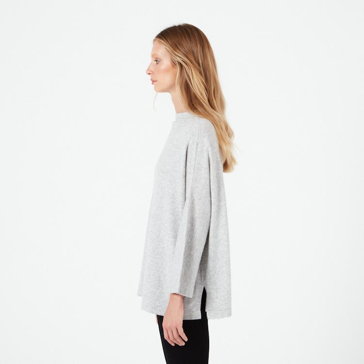NOVA. Oversized kashmirponcho tröja. Ljusgrå.
